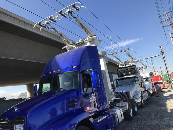 Siemens instala líneas eléctricas aereas en una autopista de California