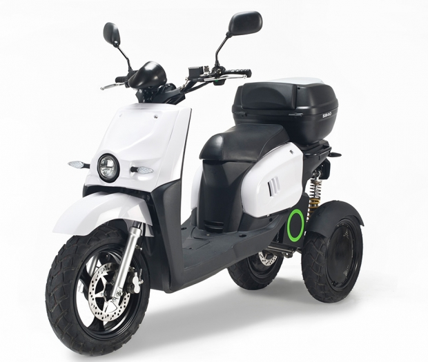 Scutum con su scooter de tres ruedas