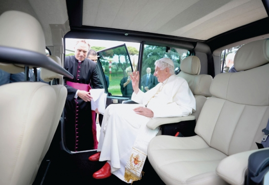 The Pope go in electric